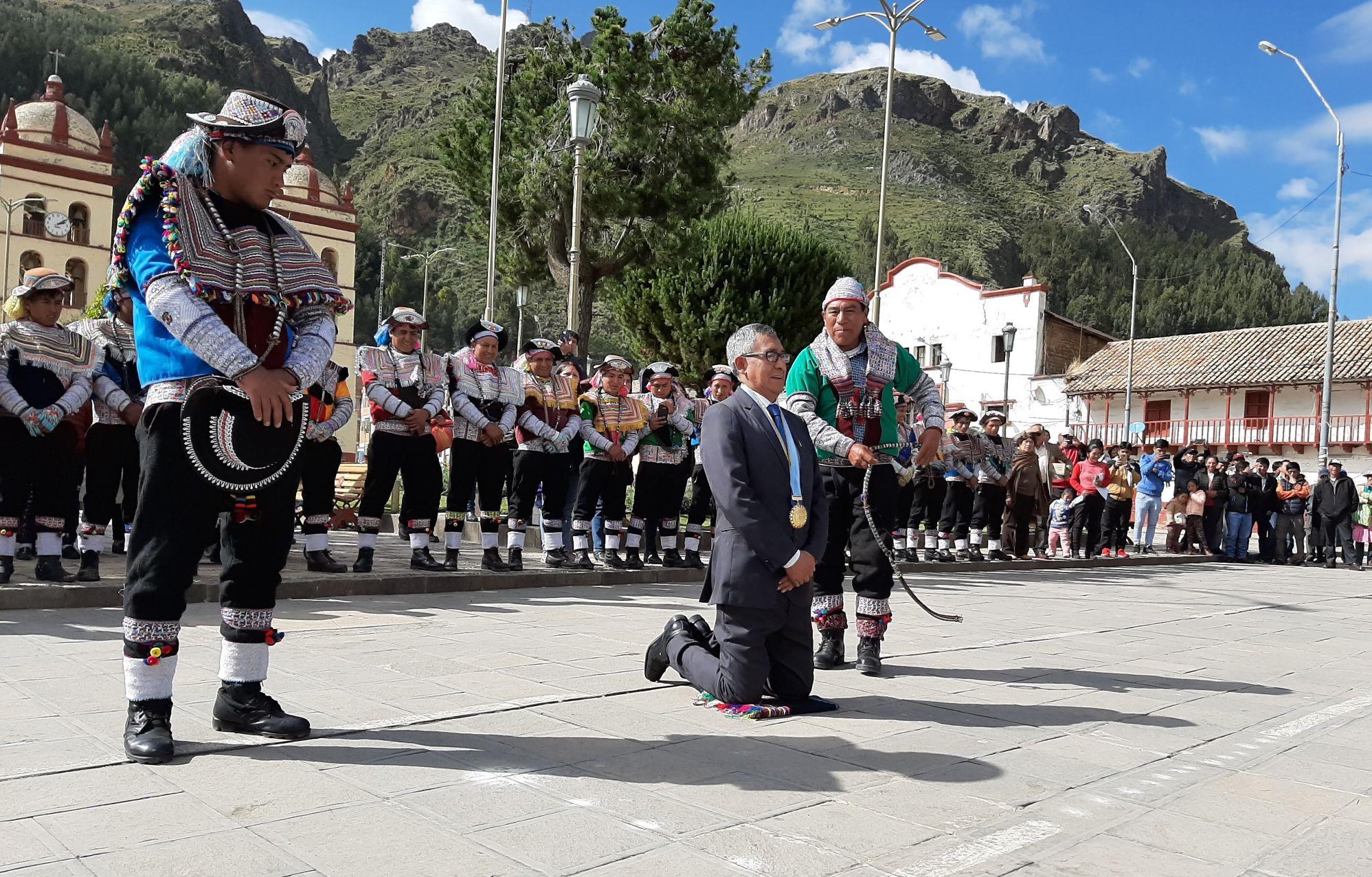 AUTORIDADES DE LA NACIÓN CHOPCCA LLEGARON HASTA HUANCAVELICA PARA EL TRADICIONAL RIQSINAKUY
