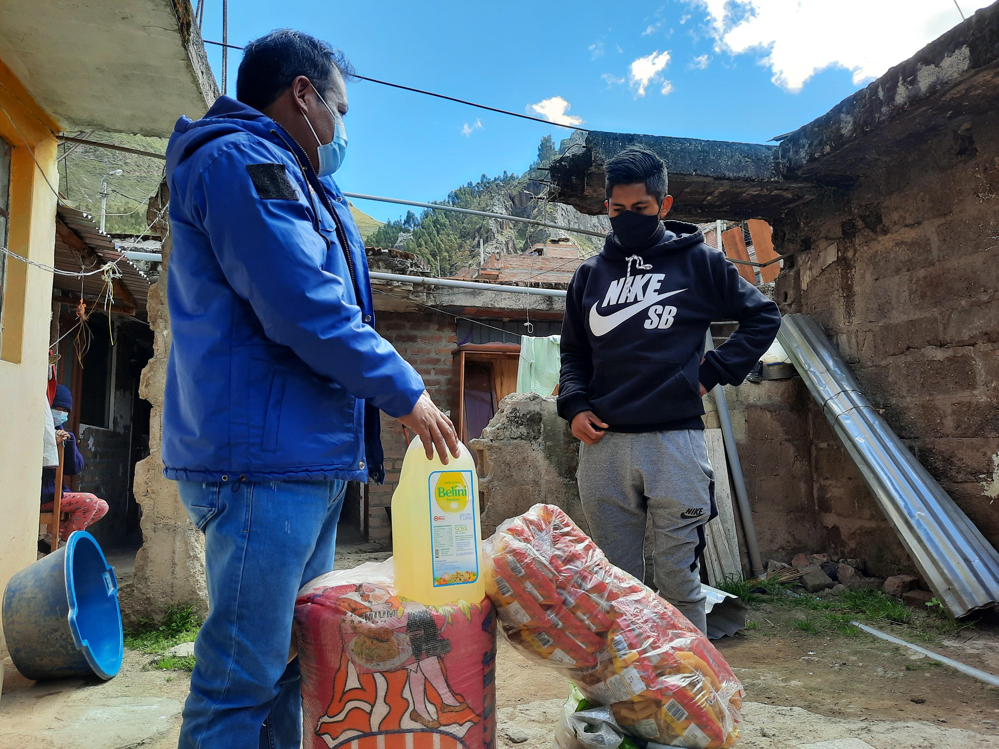MUNICIPALIDAD PROVINCIAL DE HUANCAVELICA LLEVA APOYO A HUMILDE FAMILIA EN EL BARRIO DE SAN CRISTÓBAL